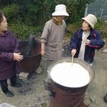 ふやかした大豆をミキサー掛けして大釜にかけます