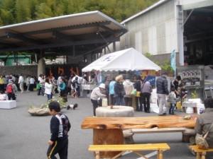 白いテントが蕎麦コーナーです。盛況でした。